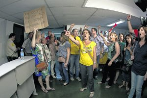 20120712093804-funcionarios-protesta-espontanea.jpg