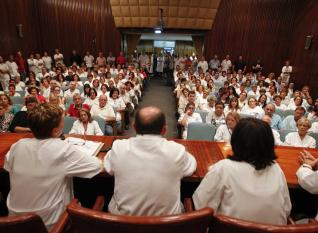 20131004102253-trabajadores-huca-asamblea.jpg