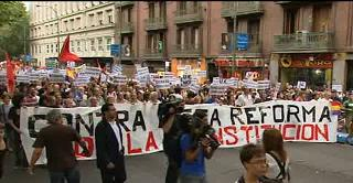 20110902105601-indignados-constitucion.jpg