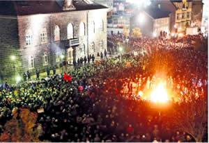 20111127122230-revolucion-islandia2.jpg