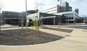 20120218133010-hospital-mieres-entrada-min.jpg