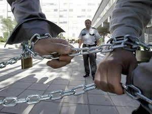 20120607011309-mineros-encadenados.jpg