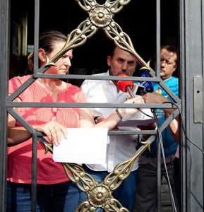 20120911075640-encerrados-tras-la-reja.jpg