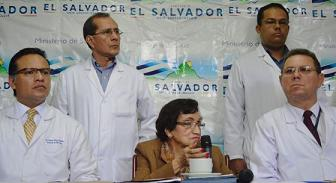 20130605083845-ministra-salvador-y-medicos.jpg