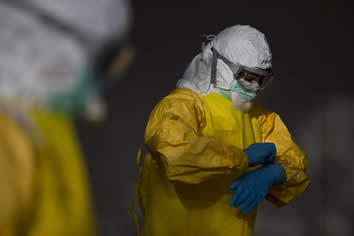 20141012124759-ebola-traje.jpg